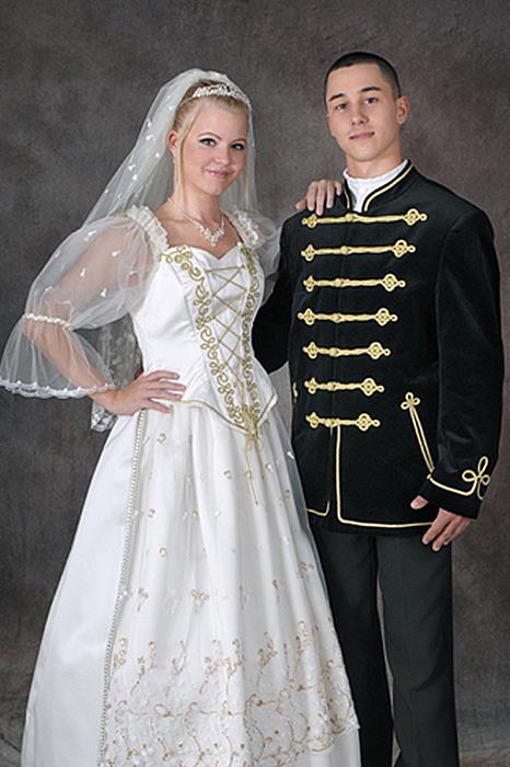 13871f0096 Díszmagyar esküvői ruha, női (krém-arany színű) és férfi ruha ...