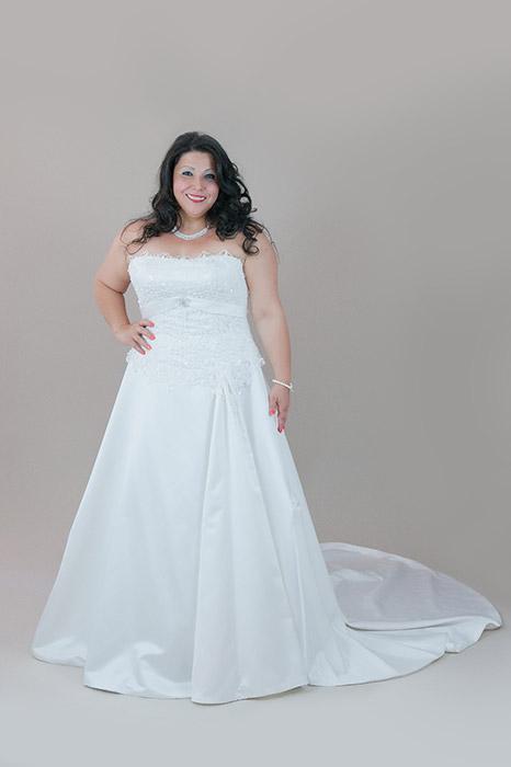 9bd202a652 Krém színű MIRELLA menyasszonyi ruha csipke felsőrésszel, uszállyal ...